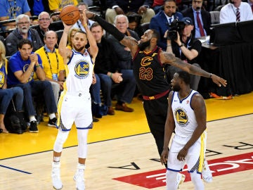 Curry lanza un triple ante la defensa de LeBron James