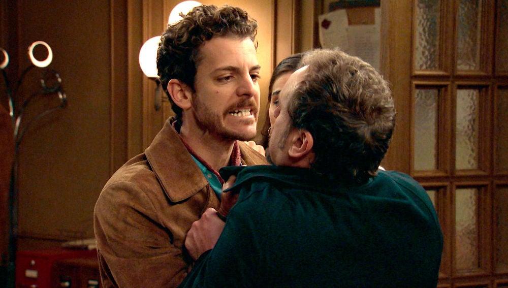 Javier se altera ante las amenazas de su padre