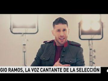 <p>Sergio Ramos muestra sus dotes de cantante y pone voz al tema de la Selección</p>