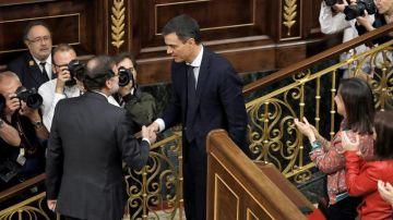 Rajoy y Sánchez se dan la mano en el Congreso
