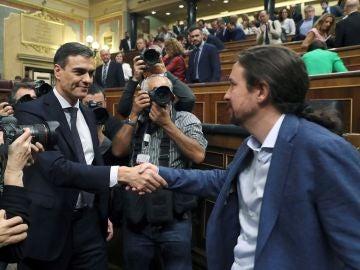El líder del PSOE, Pedro Sánchez, y el secretario general de Podemos, Pablo Iglesias