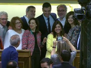 Felicitaciones, abrazos y fotos para un Pedro Sánchez satisfecho minutos antes de la votación