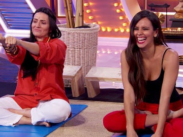 Silvia Abril y Cristina Pedroche responden a tuits ofensivos con una peculiar demostración de yoga en 'La noche de Rober'