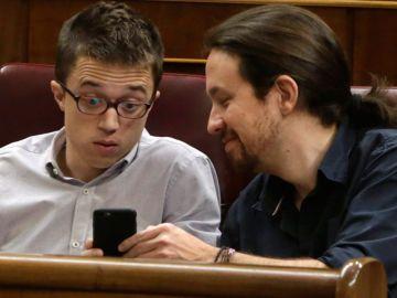 Iglesias y Errejón mirando el móvil