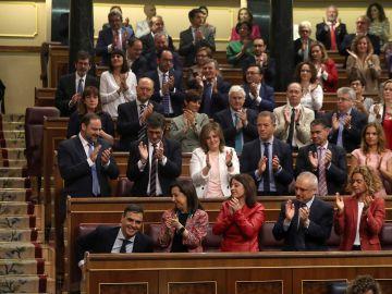 La bancada socialista aplaude la intervención del secretario general del PSOE