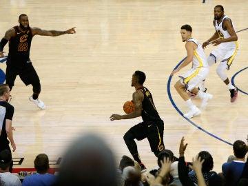 LeBron James increpa a JR Smith durante el Warriors-Cavaliers