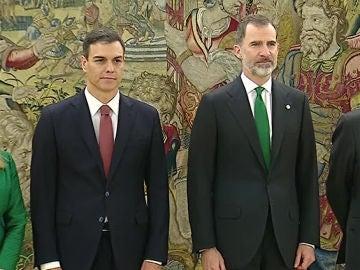 Antena 3 Noticias Fin de Semana (02-06-18) Pedro Sánchez toma posesión como nuevo presidente del Gobierno de España tras prometer su cargo ante el Rey Felipe VI