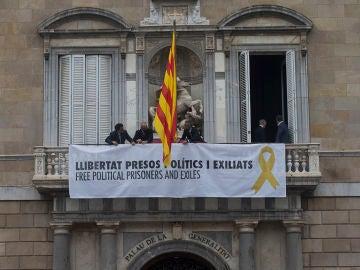 Cartel desplegado en la Generalitat