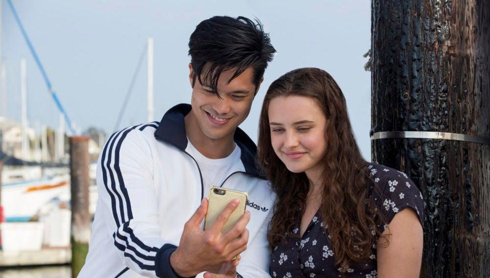 Ross Butler y Katherine Langford en 'Por 13 razones'