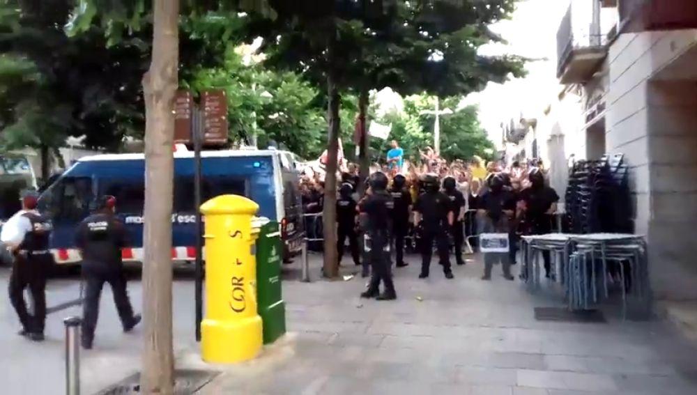 <p>Tensión en Mataró al coincidir las concentraciones de Tabarnia y los CDR en la plaza del Ayuntamiento</p>
