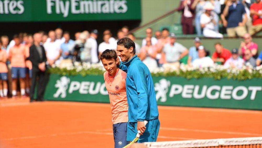 Nadal, con un recogepelotas en Roland Garros