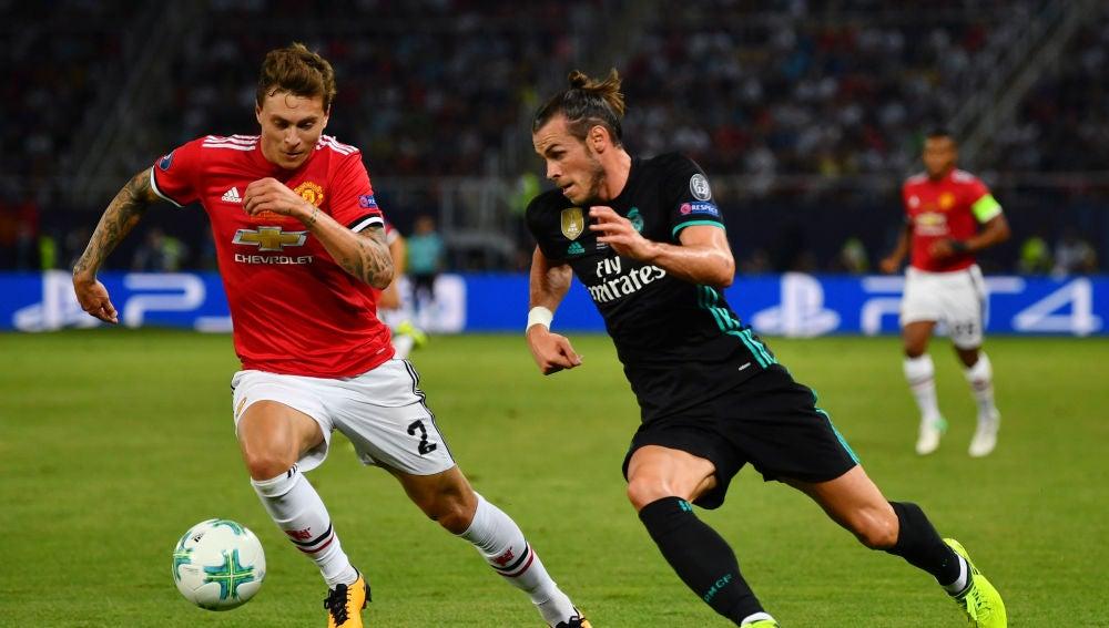 Gareth Bale intenta zafarse de Lindelof durante un Real Madrid-United