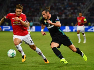 Gareth Bale intenta zafarse de Lindelof durante un Real Madrid-United