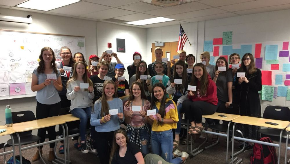 Los alumnos del profesor estadounidense con un mensaje personalizado de él