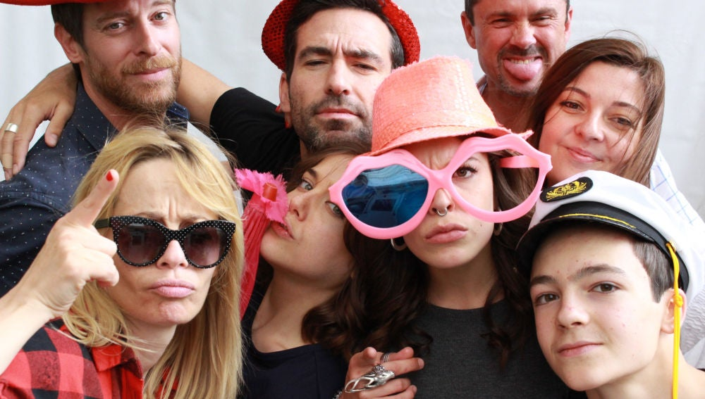 María Adanez, Manu Baqueiro, Álvaro Villaespesa, Veki Velilla, Lucía Martín Abello con parte del equipo en la fiesta de despedida de 'Amar es para siempre'