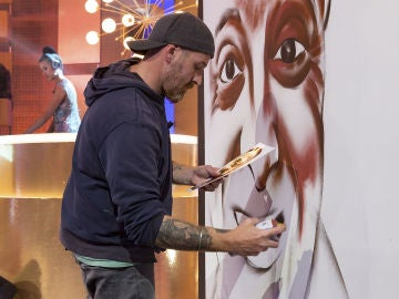 El grafitero Jorge 'El Rojo' realiza un grafiti muy especial para 'La noche de Rober'