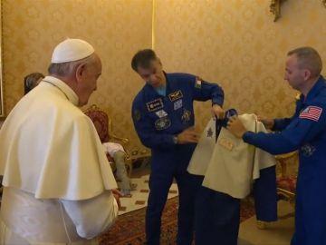 El Papa Francisco ya tiene un traje para viajar al espacio