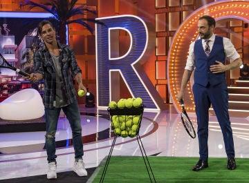 José Corbacho se convierte en diana humana ante la puntería de Julio Iglesias Jr y Roberto Vilar con raquetas de tenis