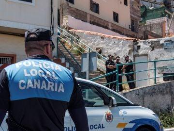 Agentes de la Policía Local y de la Policía Nacional, custodian la vivienda en la que hoy una mujer ha fallecido