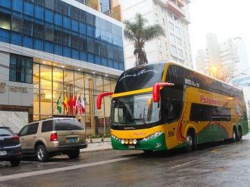 Un autobús de la empresa en la que trabaja la azafata