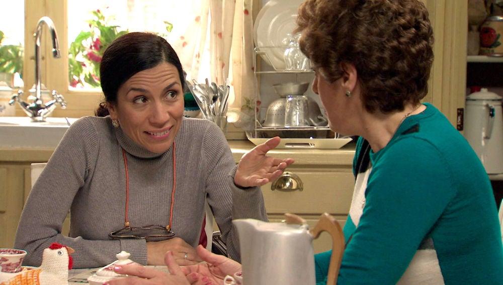 Manolita le cuenta a Benigna un secreto muy íntimo