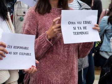 Estudiantes de Bachillerato se manifiestan frente a la Facultad de Filosofía y Letras del Campus de Cáceres