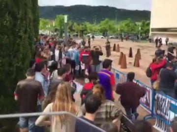 Protestas contra Fernández Vara por la polémica de los exámenes selectividad en el Campus de Cáceres