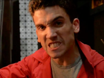 Un enfadado Denver se defiende, tras el final del atraco, de los que dudan de los sentimientos de Mónica hacia él