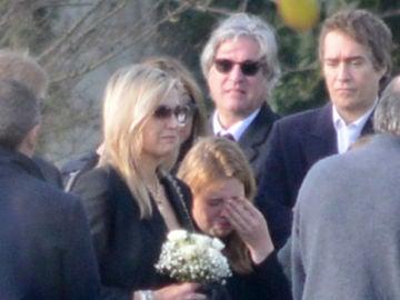Máxima de Holanda, destrozada, en el entierro de su hermana pequeña