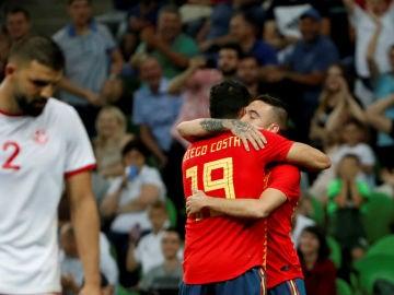 Diego Costa abraza a Iago Aspas