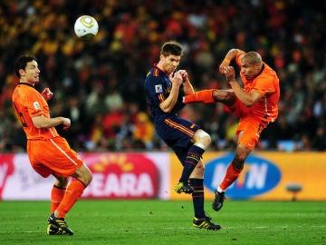 De Jong y su patada a Xabi Alonso