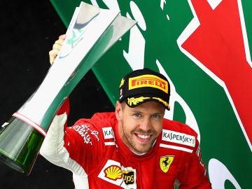 Sebastian Vettel celebra su victoria en Canadá