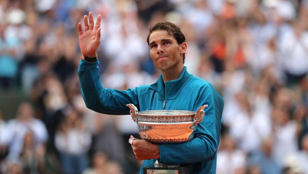Rafa Nadal saluda al público con el trofeo de Roland Garros