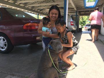 La familia con el perro
