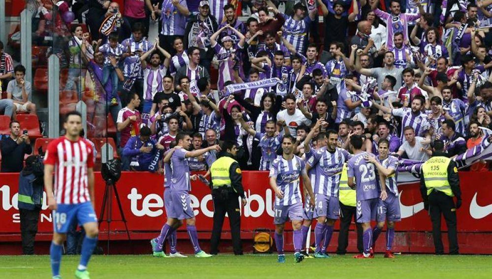 Los jugadores del Valladolid celebran un gol con su afición