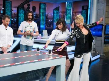 Marron sorprende a Belén Rueda y Natalia de Molina con unos coches de vela en 'El Hormiguero 3.0'