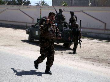 Varios oficiales vigilan los alrededores de la residencia de un parlamentario afgano