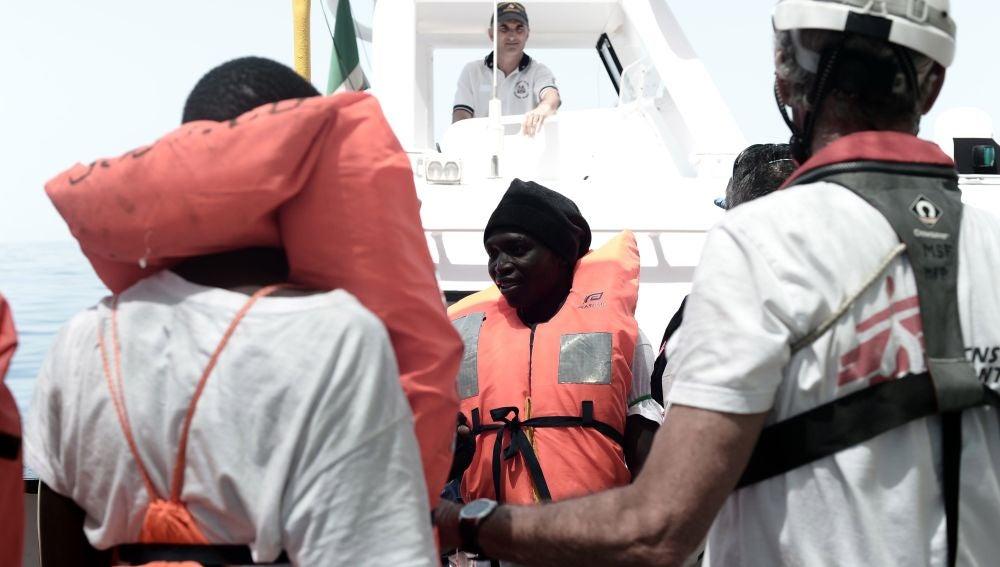 Varios de los 629 inmigrantes rescatados a bordo del barco 'Aquarius'