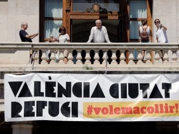 Pancarta desplegada en el Ayuntamiento de Valencia