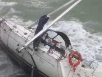 Un velero queda encallado en La Concha por el viento