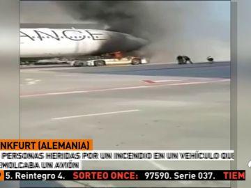 10 heridos al incendiarse un vehículo que remolcaba un avión en Frankfurt