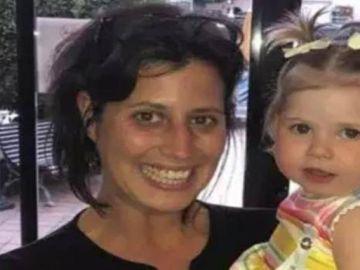 La fotógrafa, Alessia, con la niña que salvó