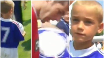 Griezmann pidiendo autógrafos a Zidane