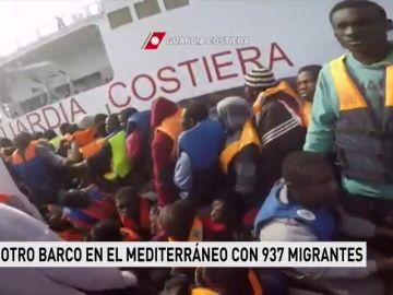 Hay otro barco en el Mediterráneo con 937 inmigrantes