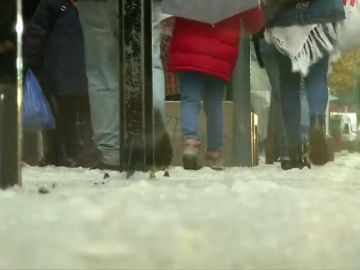 Un manto blanco cubre las calles de Santiago tras la primera nevada del año