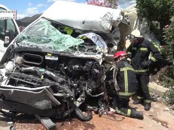 Muere un hombre en un accidente entre un camión y una furgoneta