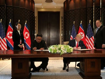 Donald Trump y Kim Jong-Un firman un documento