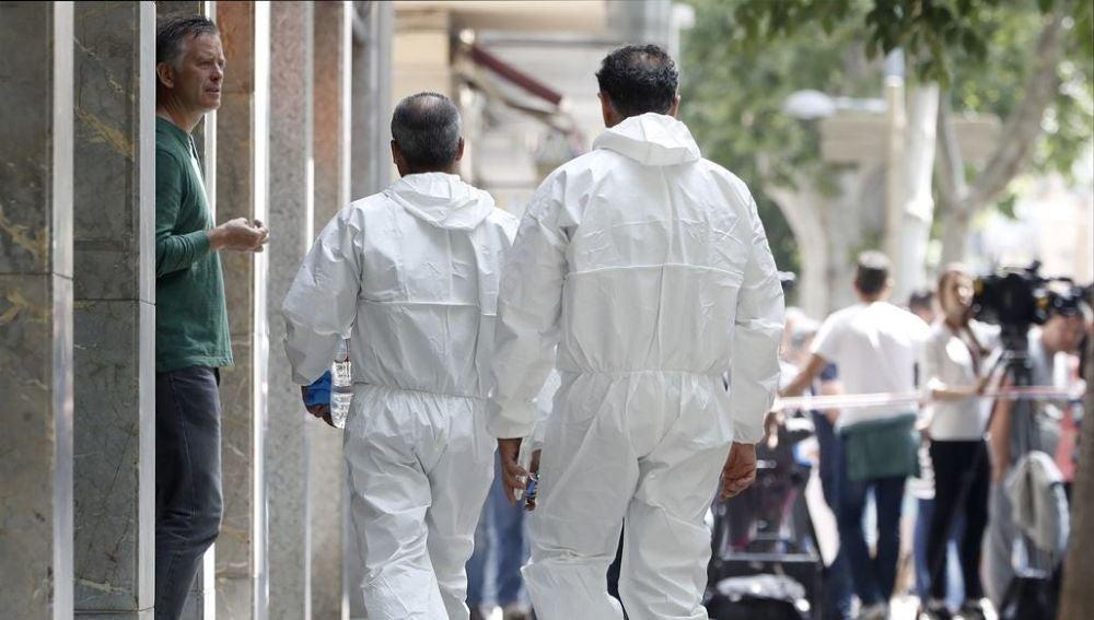 Investigadores de los Mossos d'Esquadra acceden a la vivienda del hombre detenido en relación con el asesinato de Laia