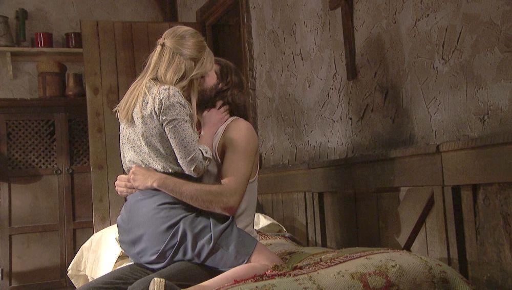 Antolina consuela a Isaac con un acercamiento en la intimidad