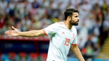 Diego Costa protesta una acción durante el partido contra Irán